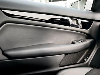 Henkel bietet für die Produktion von Fahrzeuginnenausstattung eine breite Palette an Produktlösungen für verschiedene Anwendungen