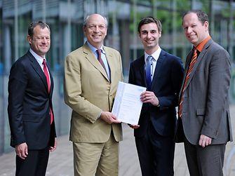Konrad-Henkel-Examenspreis: Christoph Vogel (2. von rechts) nimmt die Auszeichnung entgegen