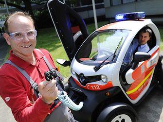 Jürgen Rütten, Elektroniker der Henkel-Feuerwehr, informierte sich bei Hans Jochen Hermes von der Düsseldorfer Feuerwehr über das elektrische Einsatzfahrzeug.