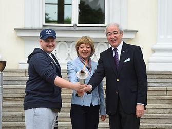 Dennis Mellentin, Athletensprecher von SOD Berlin/Brandenburg, SOD-Schirmherrin Daniela Schadt und SOD-Präsident Gernot Mittler (von links) entzündeten die Fackel vor dem Schloss Bellevue.