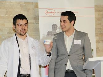 """Die türkischen Gewinner mit dem Prototyp ihres Produktkonzepts """"Bonderite Smart Hygiene""""."""
