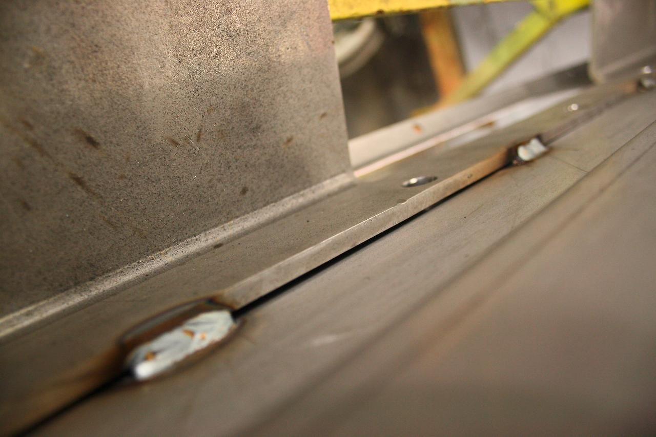 Links und rechts der Schweißnähte können Flüssigkeiten in das Werkstück eindringen