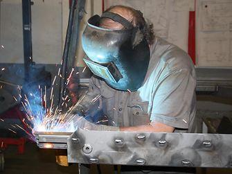 Bei Schweißarbeiten im Betrieb entstehen scharfe Kanten, Dopplungen und Kapillaren, die zu Problemen bei der späteren Lackierung führen können.