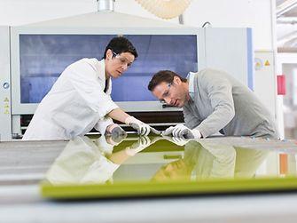 In Zusammenarbeit mit den Möbelmaschinenbauern Homag und Cefla hat Henkel nachhaltige Technologien und Anwendungen für die Möbelindustrie entwickelt, die Mehrwert sowohl auf Hersteller- als auch auf Verbraucherseite schaffen