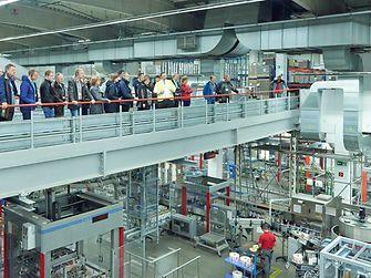 Produktionsleiter Felix Sobotka erläuterte den Besuchern die einzelnen Produktionsschritte der Flüssigwaschmittelanlage.