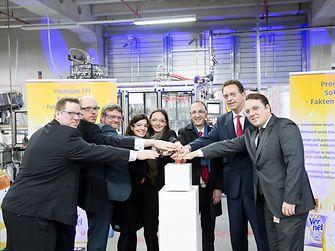 Bruno Piacenza (Dritter von rechts), Mitglied des Vorstands und zuständig für den Unternehmensbereich Laundry & Home Care, eröffnete mit seinem Team die neue Produktionslinie für Vernel Soft & Oils.