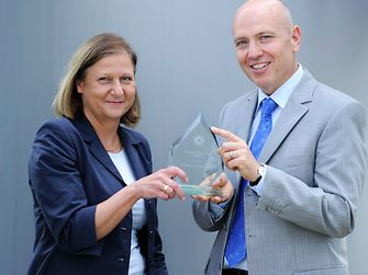 Wolfgang Weber, Head of International Production Steering L&HC, und Eva-Barbara Fuerst-Wiesmann, Head of International SHEQ L&HC, mit dem econique Energy Masters Award
