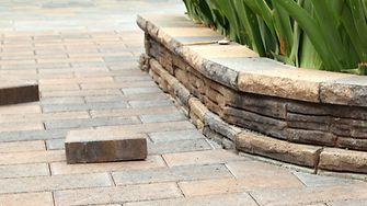 Mit seinem überarbeiteten GALABAU-Sortiment vereinfacht Ceresit das korrekte Anlegen von Fuß- und Fahrwegen.