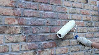 Fassadenschutz: Der Wirkstoff der CT 8 Imprägniercreme dringt tief in das Mauerwerk ein und ist dauerhaft wasserabweisend.