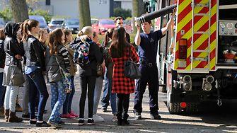 Bei der Werkfeuerwehr konnten die Schülerinnen einen Feuerwehrwagen erkunden.