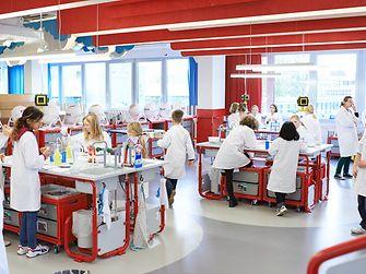 """An den """"Forscherinseln"""" experimentieren die kleinen Forscher"""