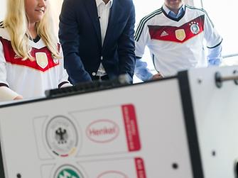 Bei einem Kickerspiel: Gewinnerin Eilin Timmermanns mit Oliver Bierhoff