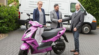 Marion Küpers und Guido Gerling (beide Henkel), zusammen mit Roller-Gewinner Johann Schlichenmeier