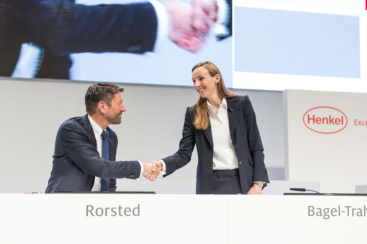 Handshake between Kasper Rorsted and Simone Bagel-Trah at AGM2016
