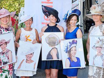 Auch abseits des Geläufs gab es glückliche Gewinner: die strahlenden Siegerinnen des Schwarzkopf Hut-Contests.