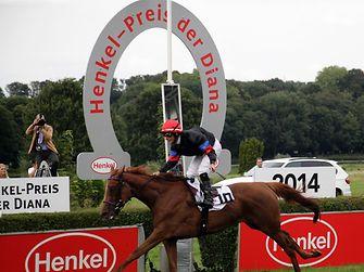 Feodora und Jockey Mirco Demuro beim Zieleinlauf des Hauptrennens um den Henkel-Preis der Diana.